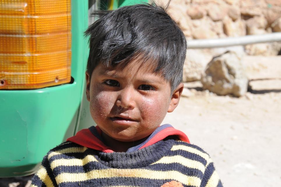 Bolivianischer Junge vor dem Cerro Rico in Potosi auf unserer Südamerika-Rundreise