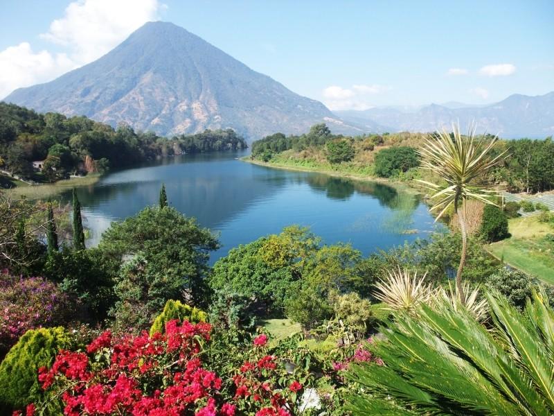 Wunderschöner Atitlan See in Guatemala