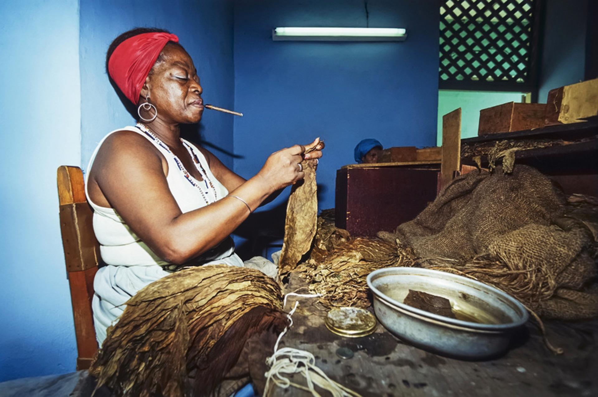 Kubanerin beim Zigarrendrehen