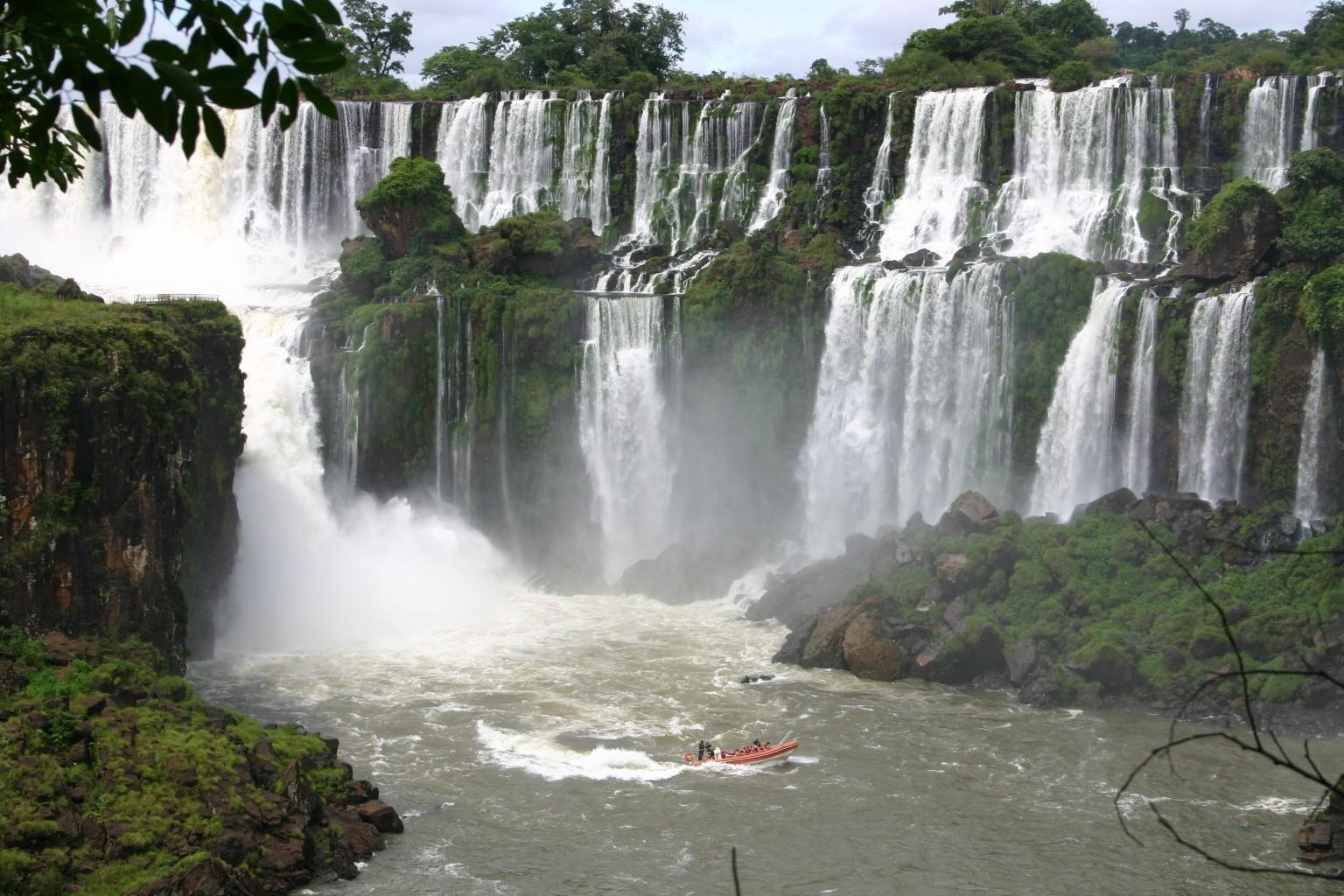Iguazú-Wasserfälle im Dreiländereck Brasilien-Argentinien-Paraguay