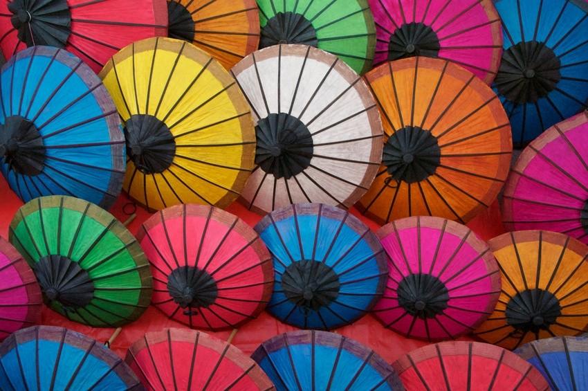 Farbige Schirme auf einem Markt in Laos
