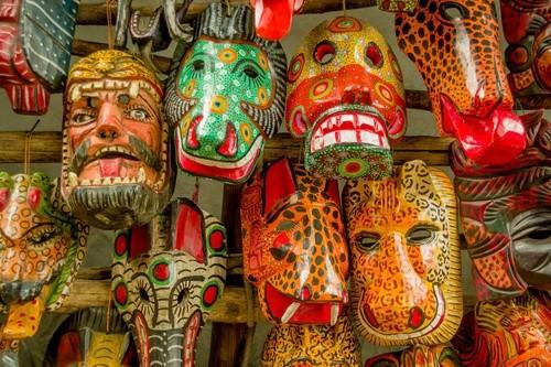 Bunte Holzmasken in Guatemala
