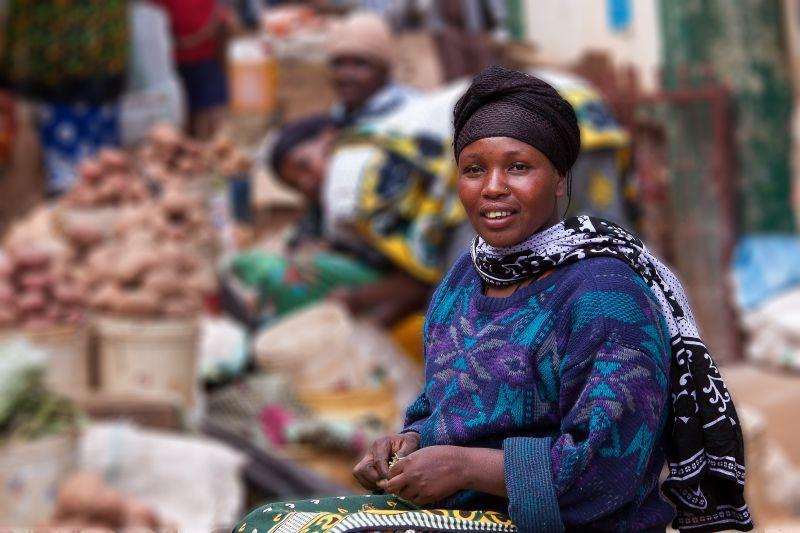Händlerin auf dem Markt von Lushuto