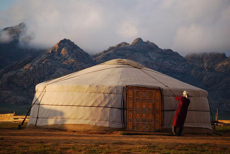 Nomaden in der mongolischen Steppe beim Aufbau ihrer Jurte