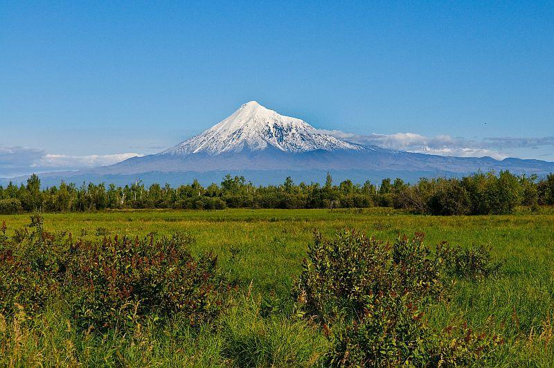 Der Vulkan Tolbachik erhebt sich aus der Landschaft