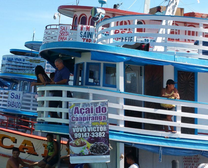 Amazonasschiffe warten auf die Abfahrt in Manaus