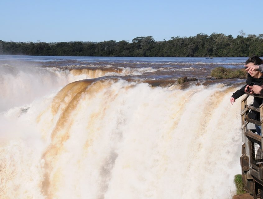 Am Teufelsschlund der Iguazu-Wasserfälle in Argentinien