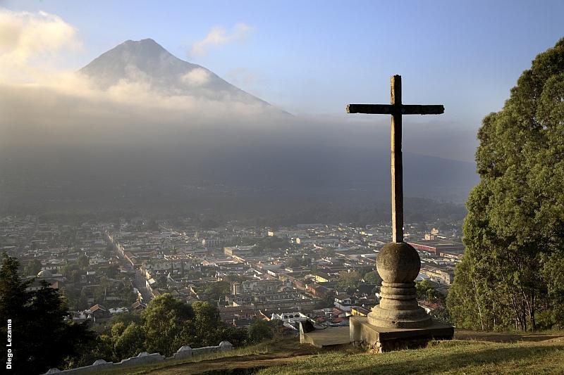 Blick auf Anigua in Guatemala vom Cerro de la Cruz