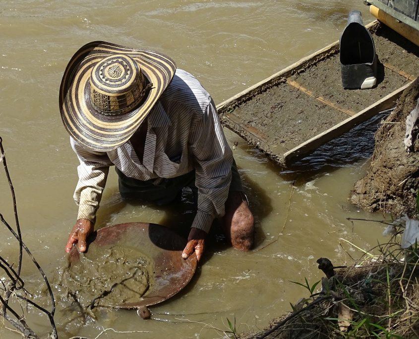 Besuch bei Goldsuchern am Rio Cauca