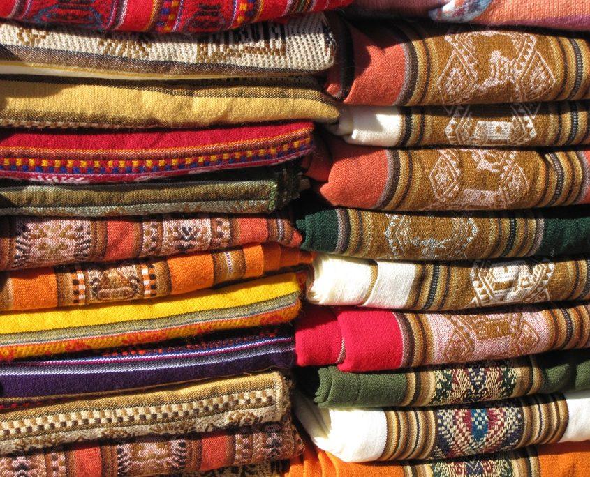 Bunte Tücher auf dem Hexenmarkt in La Paz während unserer Südamerika-Rundreise