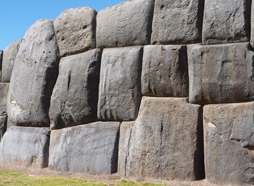 Geniale Inkabaukunst in Sacsayhuaman auf unserer Peru Reise